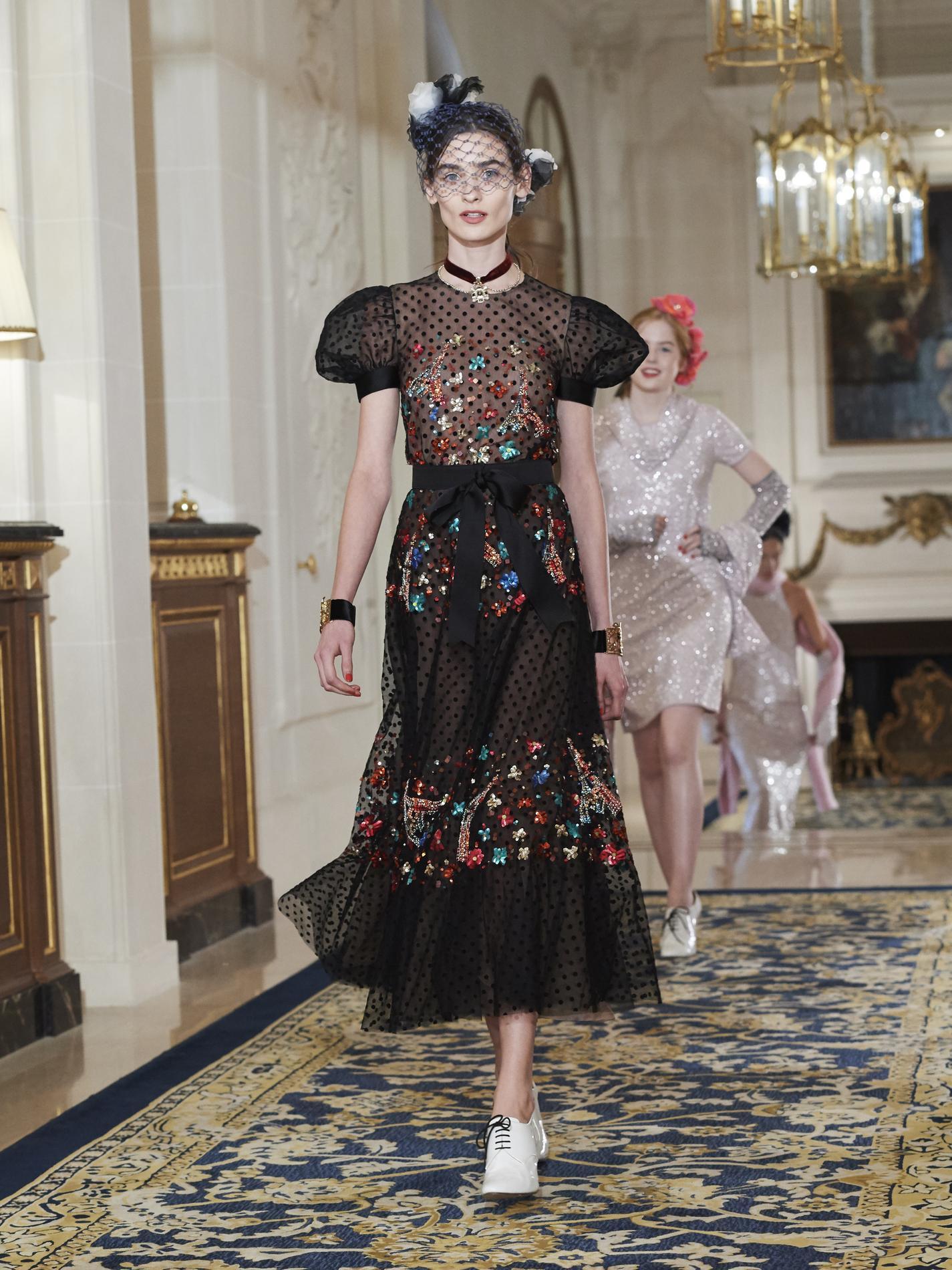 a33b0b6dd9bb Défilé Chanel Métiers d  39 Art   les Coco Girls emballent ...