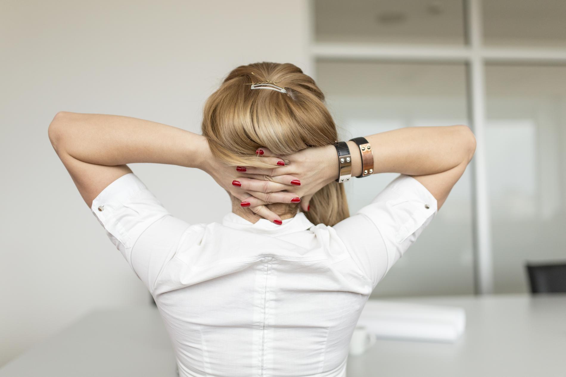 5 mouvements de yoga au bureau pour d tendre un dos tendu par. Black Bedroom Furniture Sets. Home Design Ideas