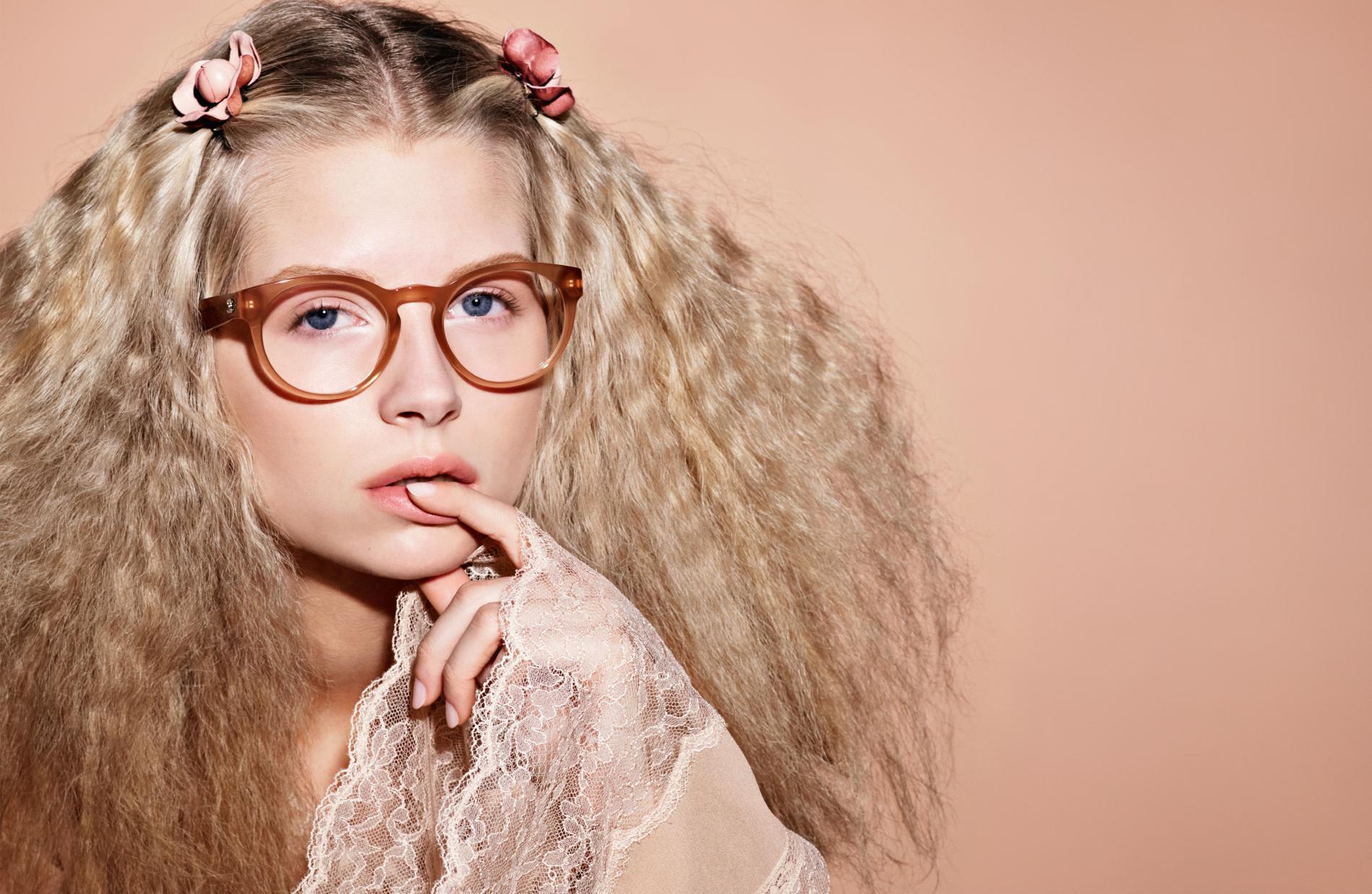 DP Chanel Les images de la campagne eyewear printemps-été 2017 de Chanel  avec Lottie Moss - lunettes de vue 16542b1e1a23
