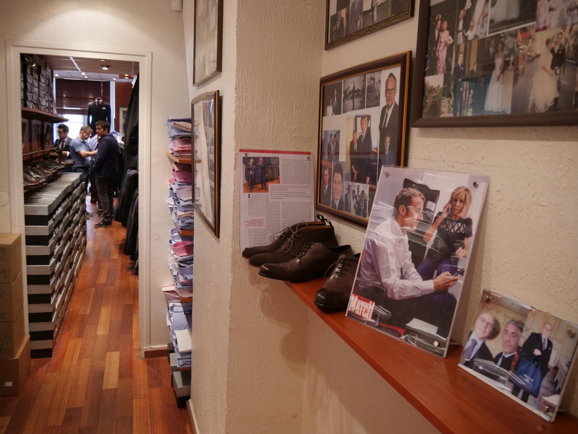À l entrée de la boutique discrète trône un portrait du nouveau couple  présidentiel. (Paris b1ccfcc2a81