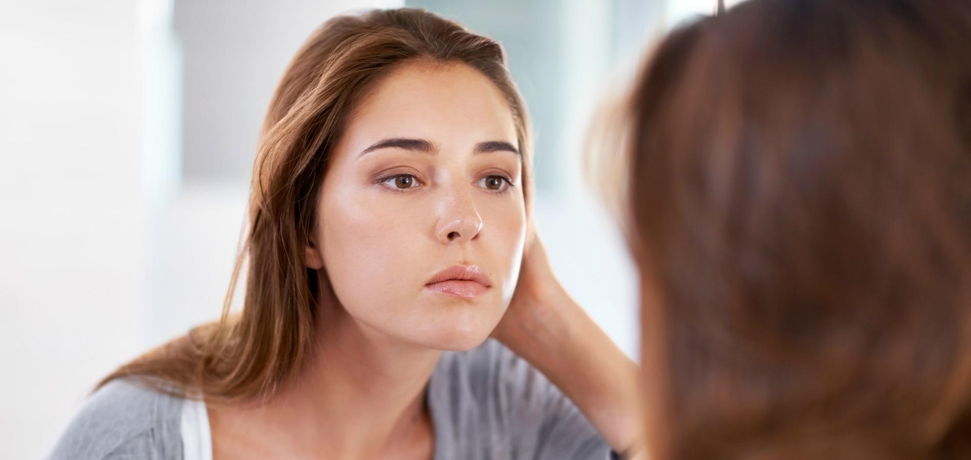 Les peaux grasses souffrent d un excès de sébum faisant briller la peau, et  conduisant à l apparition d acné et de points noirs. afc7a1f2bfc