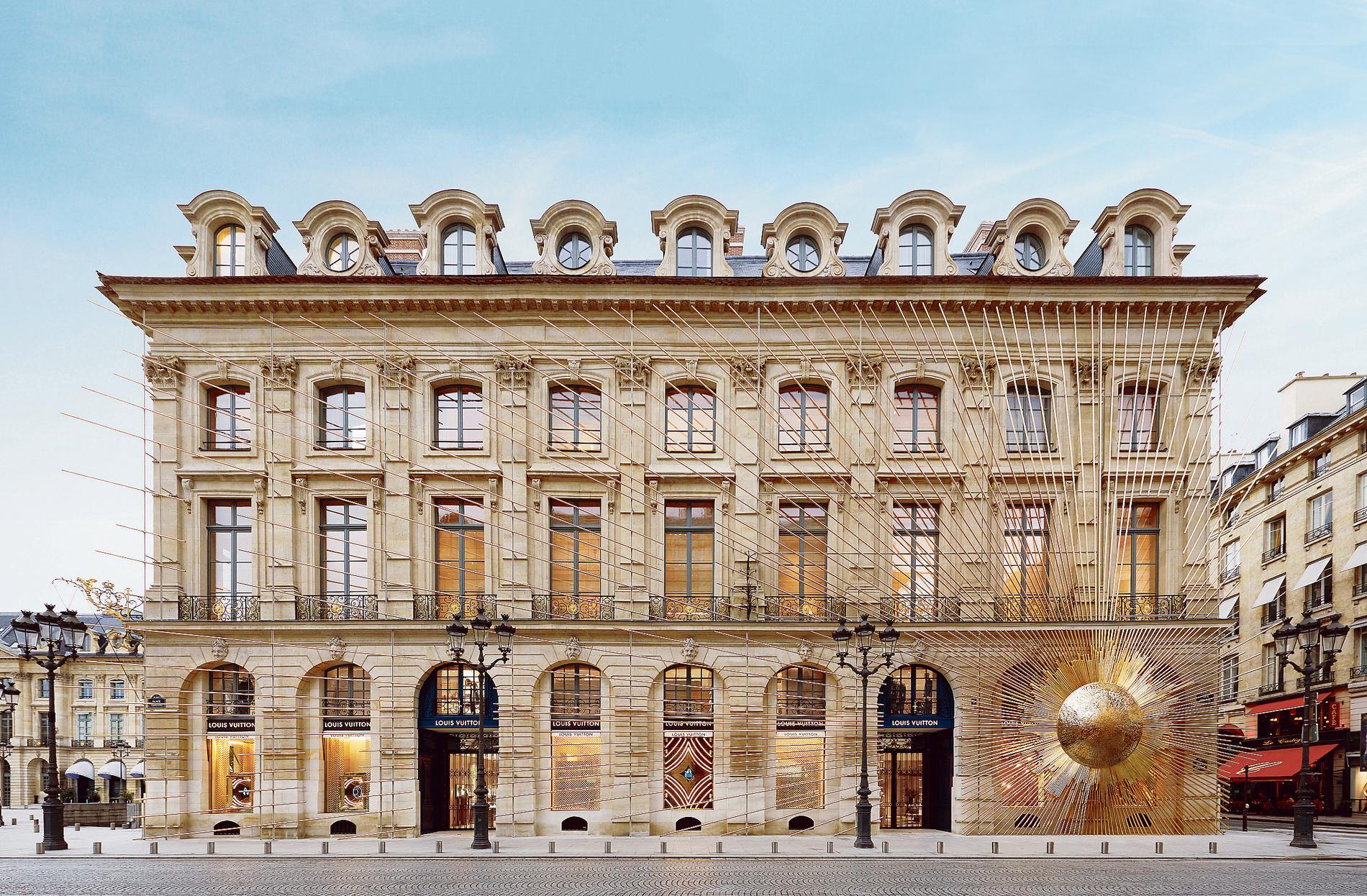 913d45e6254d Demain, Louis Vuitton inaugure son spectaculaire flagship reliant la place  Vendôme et la rue Saint-Honoré. Une ouverture qui reflète la transformation  de ce ...
