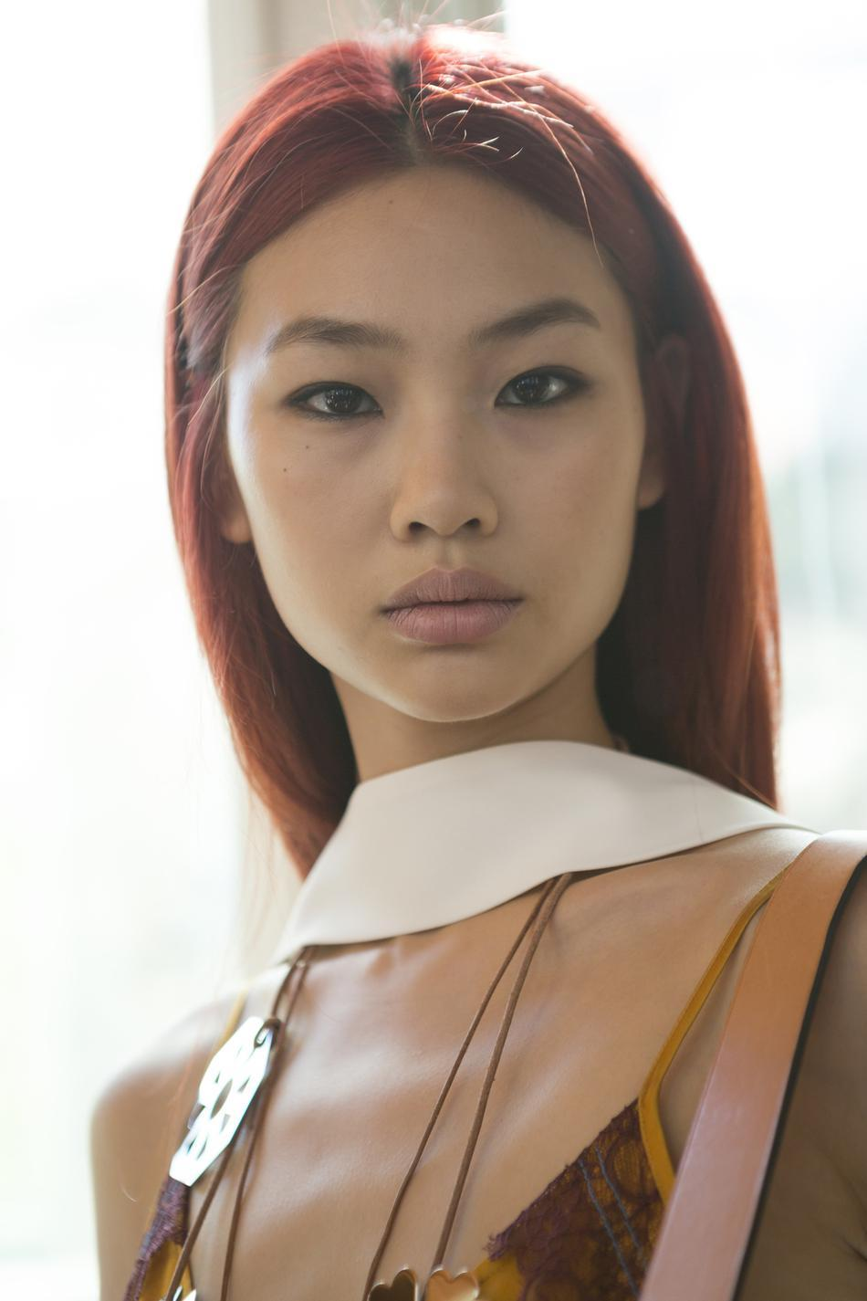 femme cheveux rouge framboise coiffures la mode de cette saison. Black Bedroom Furniture Sets. Home Design Ideas