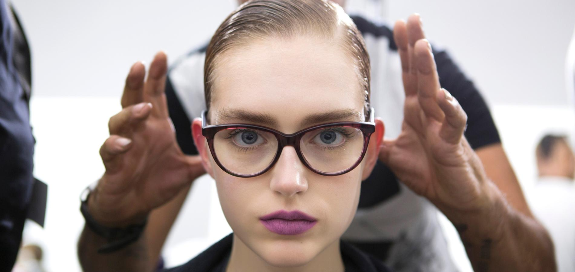 maquillage yeux lunettes finest les astuces de pro pour maquiller les yeux bleus with. Black Bedroom Furniture Sets. Home Design Ideas