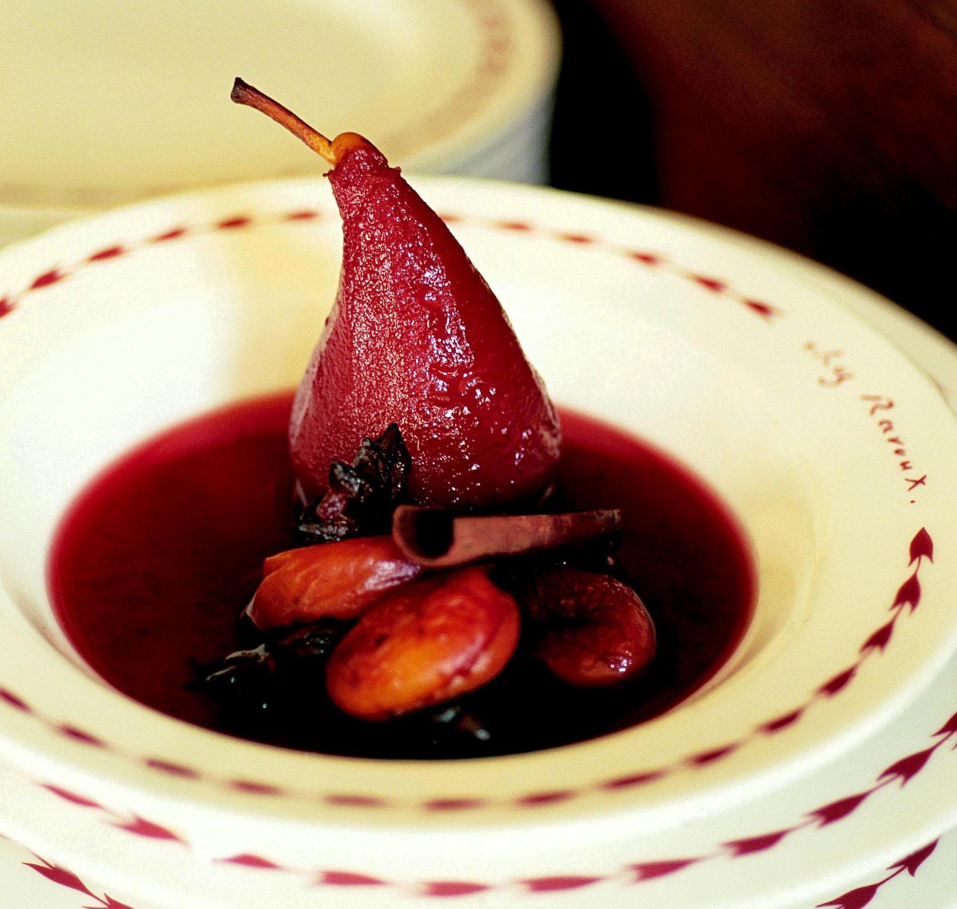 recette poires poch es au vin et aux pices cuisine madame figaro. Black Bedroom Furniture Sets. Home Design Ideas
