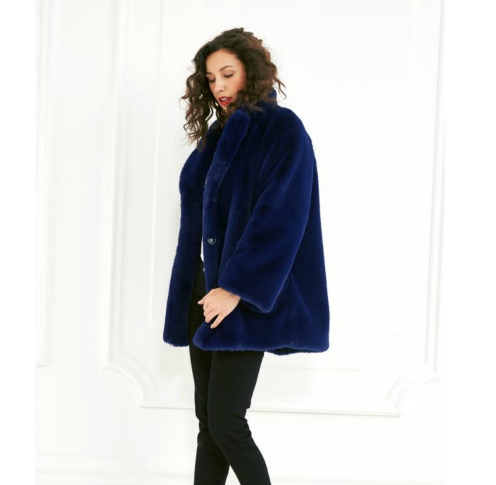 ... on se love dans des manteaux en fausse fourrure colorée - Intropia Cet  hiver, on se love dans des manteaux en fausse fourrure colorée - Bellerose  Cet ... 09420c81f33f