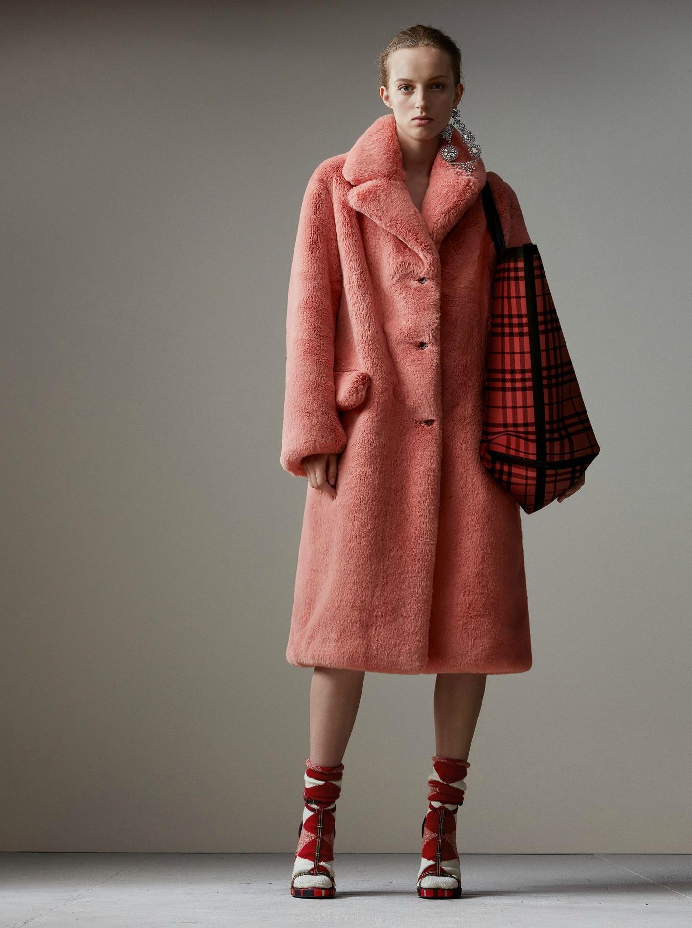 Des manteaux en fausse fourrure colorée pour passer l hiver en ... b4a6a79811f1