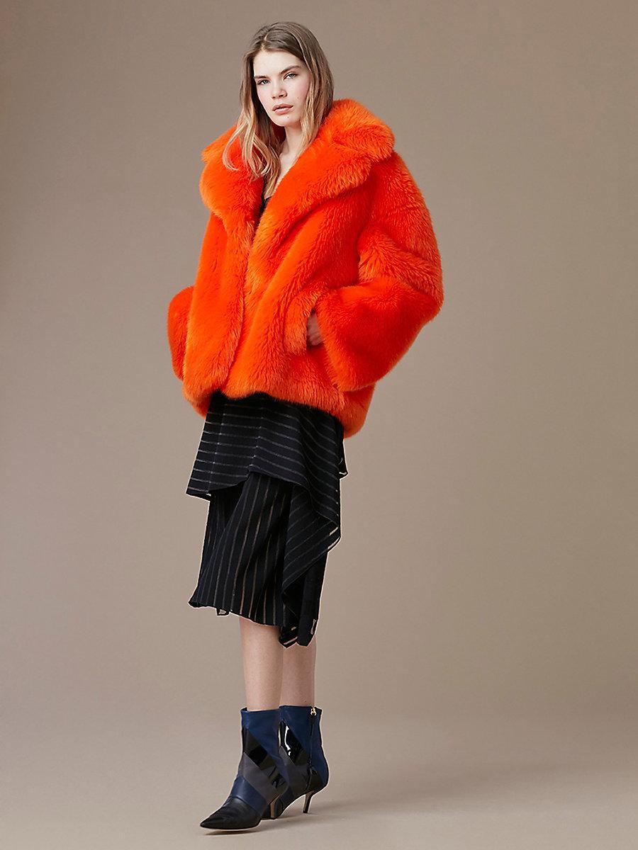 ... Cet hiver, on se love dans des manteaux en fausse fourrure colorée -  Diane von Furstenberg ... 4b6e056e00a3
