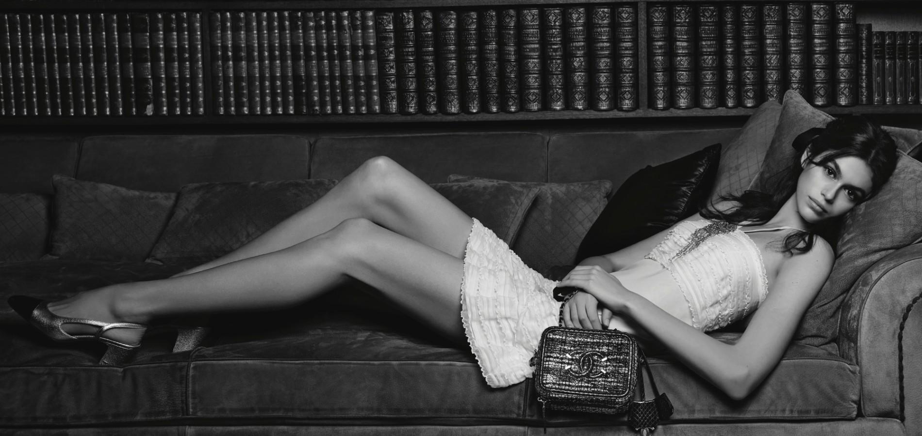 Toute en jambes, la fille de Cindy Crawford pose dans les appartements de  Coco Chanel pour présenter la collection 2018 de sacs à main. 398b3912756