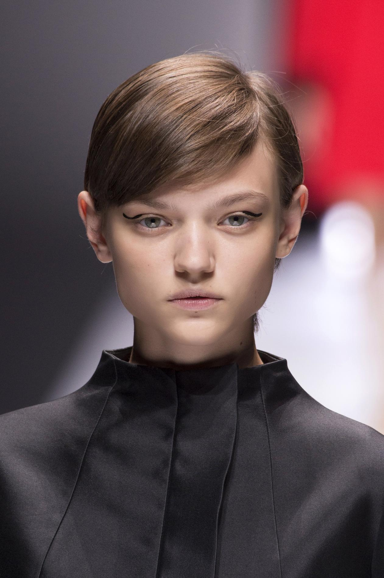 ... de coupes pour cheveux fins - Carré long ondulé Vingt idées de coupes  pour cheveux fins - Coupe au bol Vingt idées de coupes pour cheveux fins -  Dégradé ... adad64ff1bf