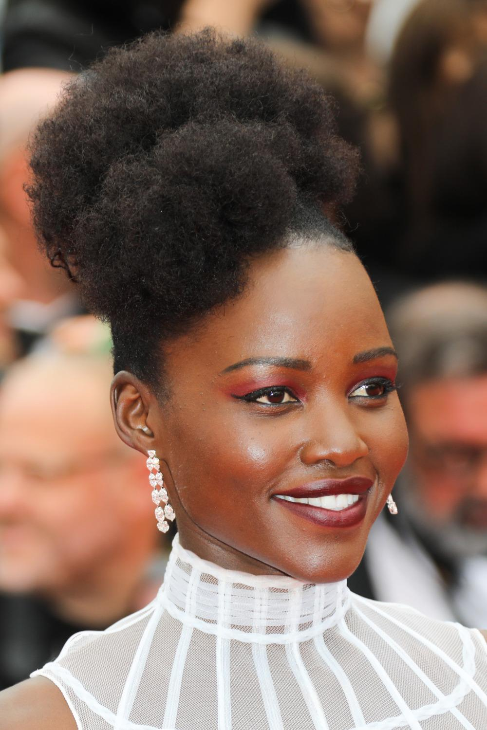 chignons tresses turbans lupita nyong 39 o inspirante. Black Bedroom Furniture Sets. Home Design Ideas