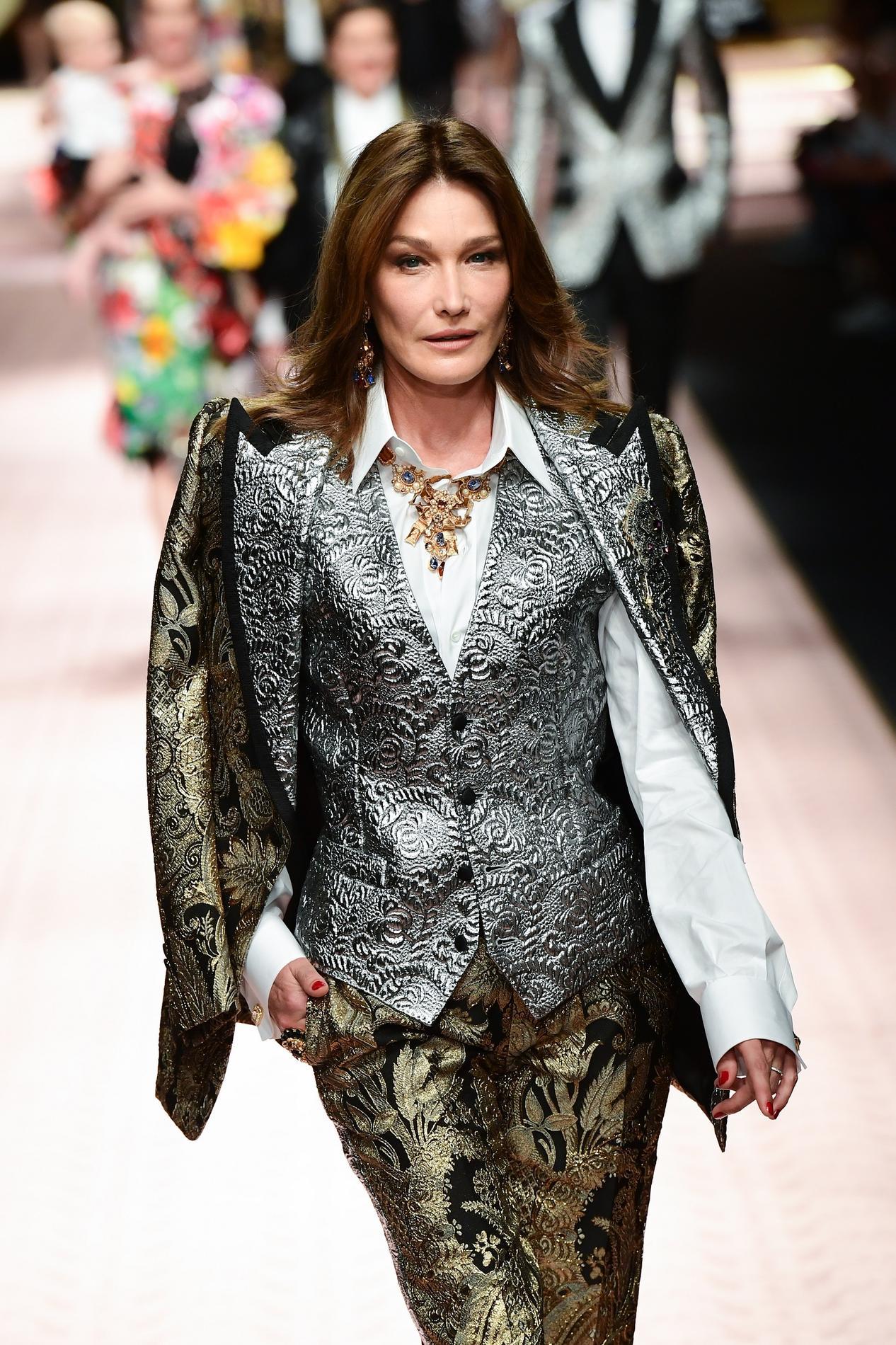 aa46aae5ef4 Carla Bruni défile pour Dolce   Gabbana à Milan. (Milan
