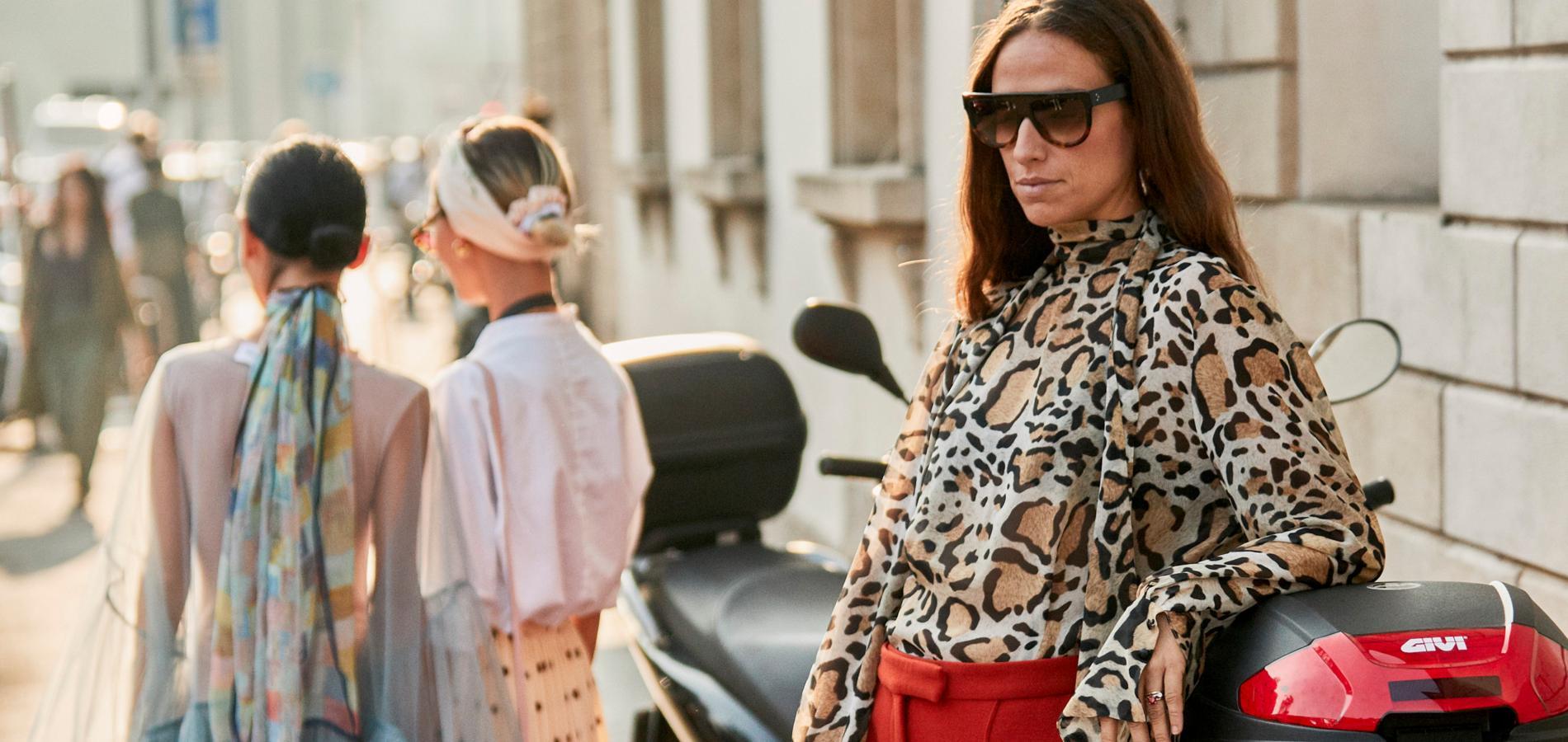 57cfe0bb97c3 Sur un chemisier, une robe, une veste... Ce printemps, on adopte  l intemporel imprimé léopard. (Fashion Week printemps-été 2019, Milan.)
