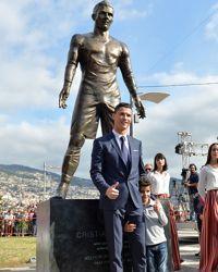 CR7 devant sa statue.
