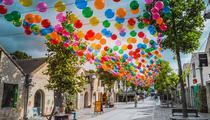 Un ciel de 3200 ballons plane au-dessus de Bercy Village à Paris