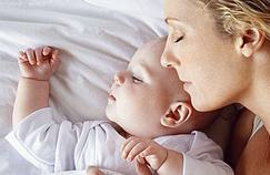 Dormir avec son bébé accroît le risque de mort subite