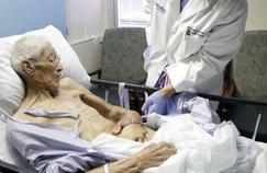 La main d'un blessé sauvée en la cousant dans son ventre