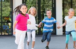 Les enfants fuient les toilettes de l'école