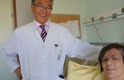 Réimplantation du cuir chevelu chez une femme entièrement scalpée
