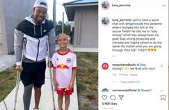 Tiger Woods réapparaît publiquement sans botte orthopédique mais en béquilles