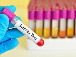 La syphilis se dépiste par une prise de sang