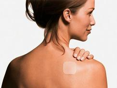 Cette image représente une femme avec un patch contraceptif dans le dos