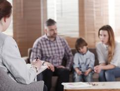 Des programmes thérapeutiques limitent les répercussions négativesdu trouble du déficit de l'attention-hyperactivité (TDAH). Sont proposés desconseils aux parents, du soutien psychologique et un aménagement du temps scolaire.