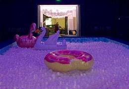 Piquer une tête dans une piscine à balles géante