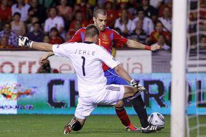 Peter Jehle, le gardien du Liechtenstein face à l'Espagnol, Alvaro Negredo.