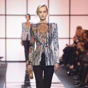 Les couleurs s imposent avec force sur les défilés haute couture ... 01cf1f918ab4