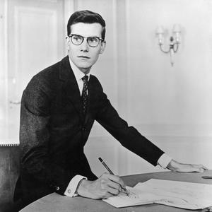 Photo Getty Images Le 15 novembre 1957, la presse découvre Yves Saint  Laurent d03e6e2bea8