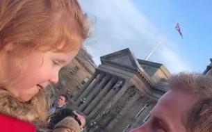 L'adorable échange entre le prince Harry et une fillette aux cheveux roux