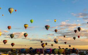 Un festival de montgolfières haut en couleurs