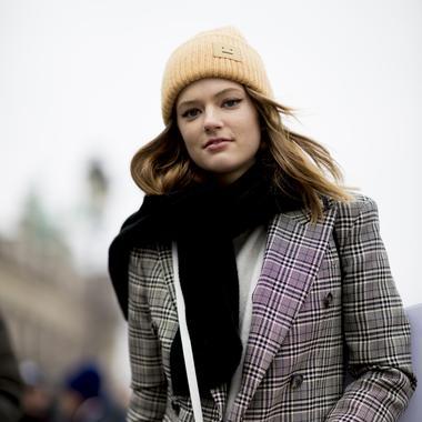 Imaxtree Chapeau, bonnet, casquette... À Paris, l accessoire fait la 9dd914624bc