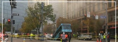 États-Unis: un bus coincé dans un trou géant