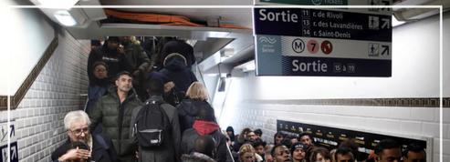 «Ne poussez pas!» : des passagers sous tension dans les couloirs du métro parisien