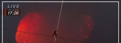 L'acrobate Nik Wallenda marche sur un fil au-dessus d'un volcan en activité