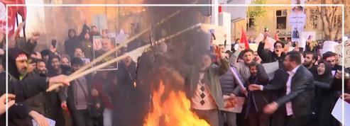 Un drapeau britannique brûlé devant l'ambassade de Grande-Bretagne en Iran