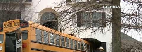 Un bus scolaire encastré dans une maison
