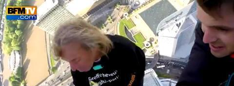 Le spiderman français Alain Robert grimpe la Tour First avec un journaliste de BFMTV