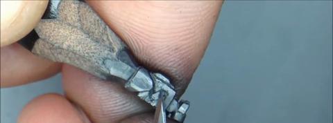 Un artiste reproduit un personnage de Disney sur une mine de crayon