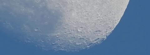Le zoom spectaculaire de cet appareil permet d'observer la surface de la lune
