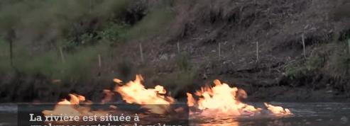Un député met le feu à une rivière pour dénoncer la pollution