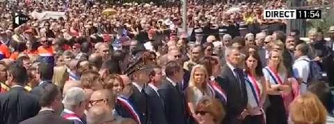 Minute de silence à Nice: Valls hué à son arrivée sur la promenade des Anglais