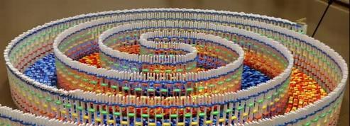 Cette artiste a créé une spirale géante avec 15 000 dominos