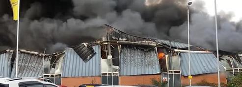 Un incendie spectaculaire au coeur d'une ville britannique