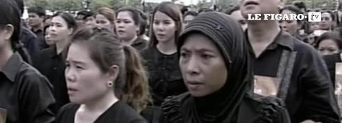 Une foule immense entonne l'hymne royal à Bangkok en hommage au roi défunt