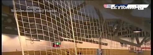 Un match interrompu par l'effondrement du toit