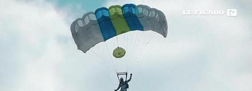 Sauter d'un drone en parachute, une première mondiale en Lettonie