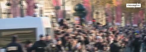 Le cortège funéraire de Johnny Hallyday descend les Champs-Elysées